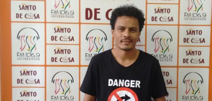 """Entrevista com o artista visual Ton Bezerra, sobre a exposição """"Corpo de Denúncia"""", no Santo de Casa"""